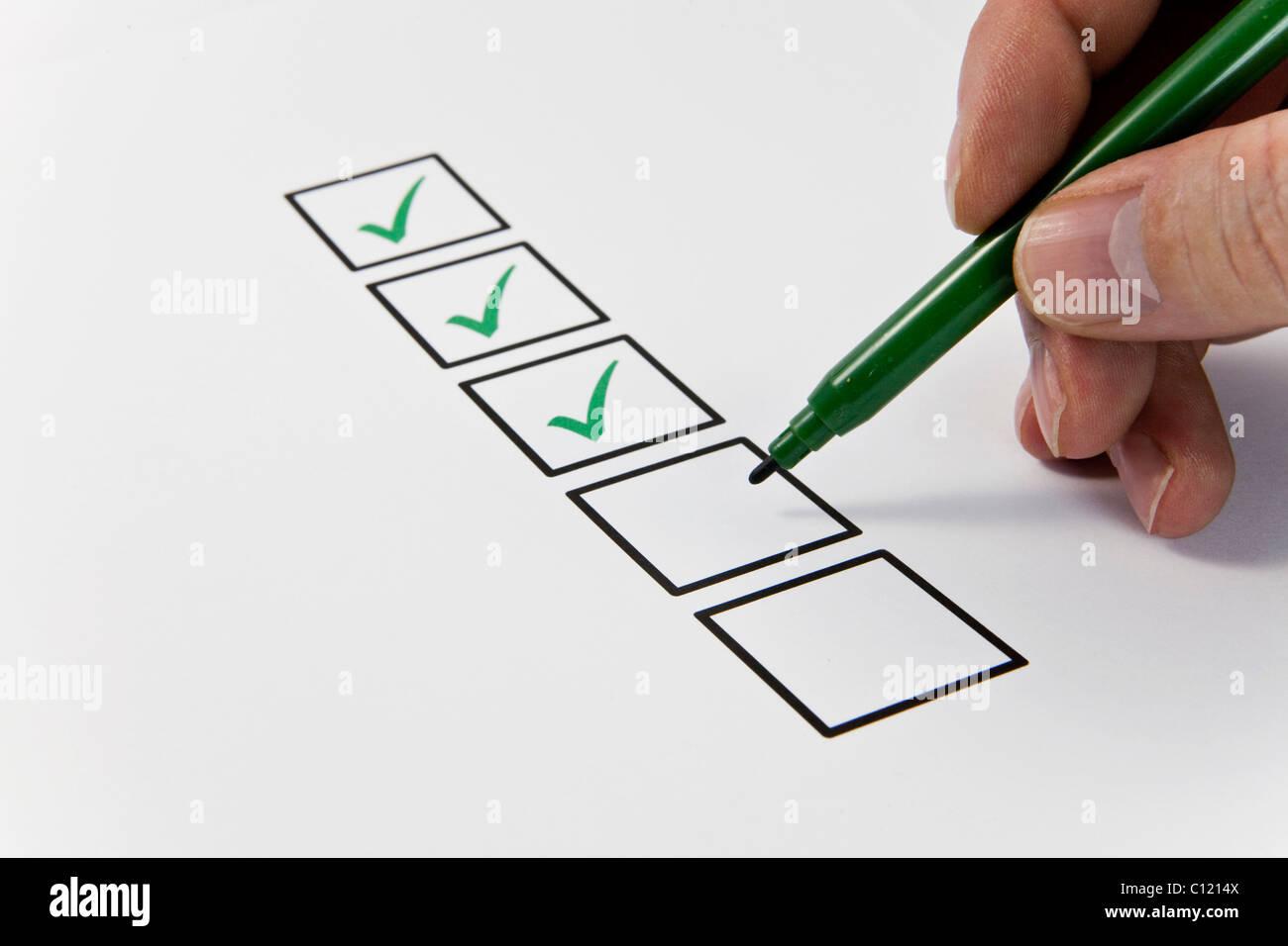 Boxen sind geprüft, symbolisches Bild für Erfolg, erledigten Aufgaben Stockbild