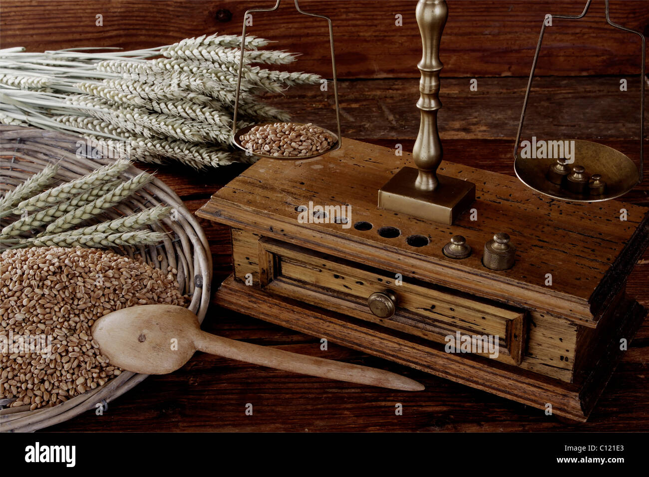Antike Waage wiegen Körner von Weizen (Triticum) Stockbild