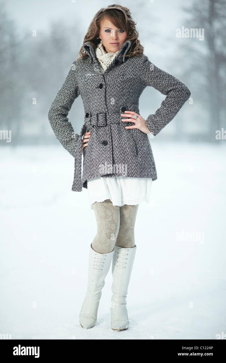 bis zu 80% sparen Gratisversand begrenzter Preis Junge Frau im Schnee, trägt eine Jacke, Strumpfhosen und ...