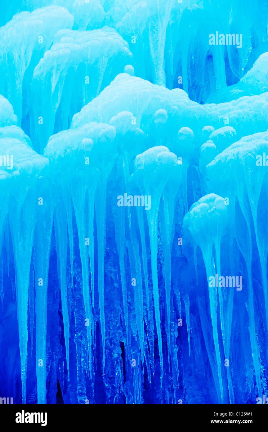 Gefrorener Wasserfall mit Eiszapfen Stockbild