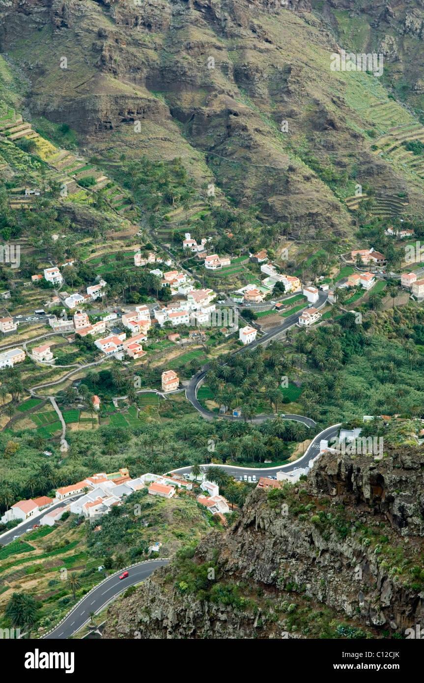 La Gomera, Kanarische Inseln. Bauernhof, Ferienwohnungen und Anbau Terrassen in Richtung zum Kopf von Valle Gran Stockbild