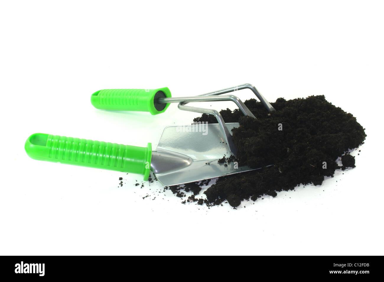 verschiedene Werkzeuge für die Bepflanzung auf weißem Hintergrund Stockfoto