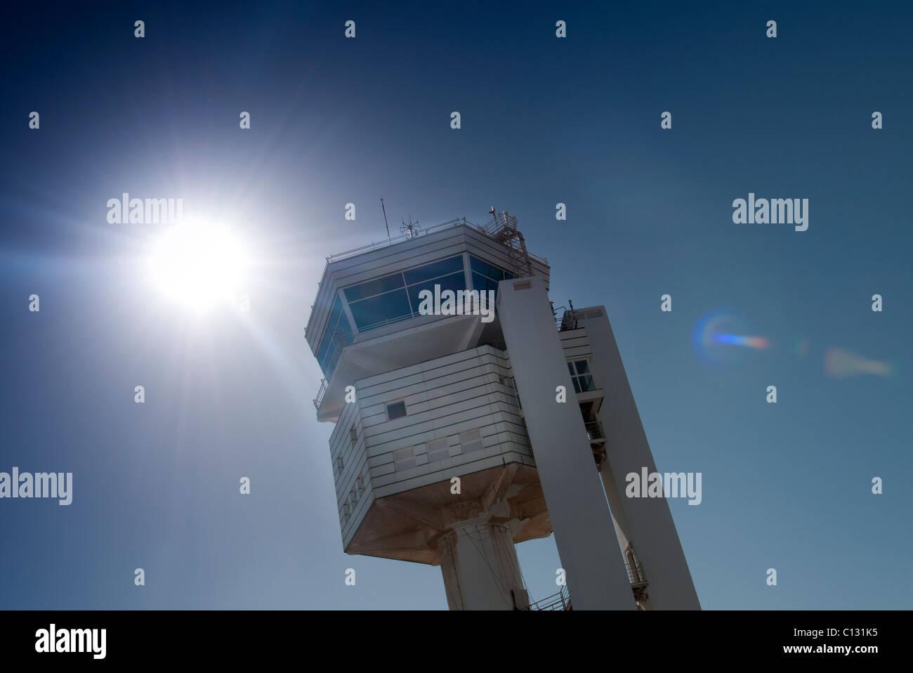 FlughafenKontrollturm in Sonne. Stockbild