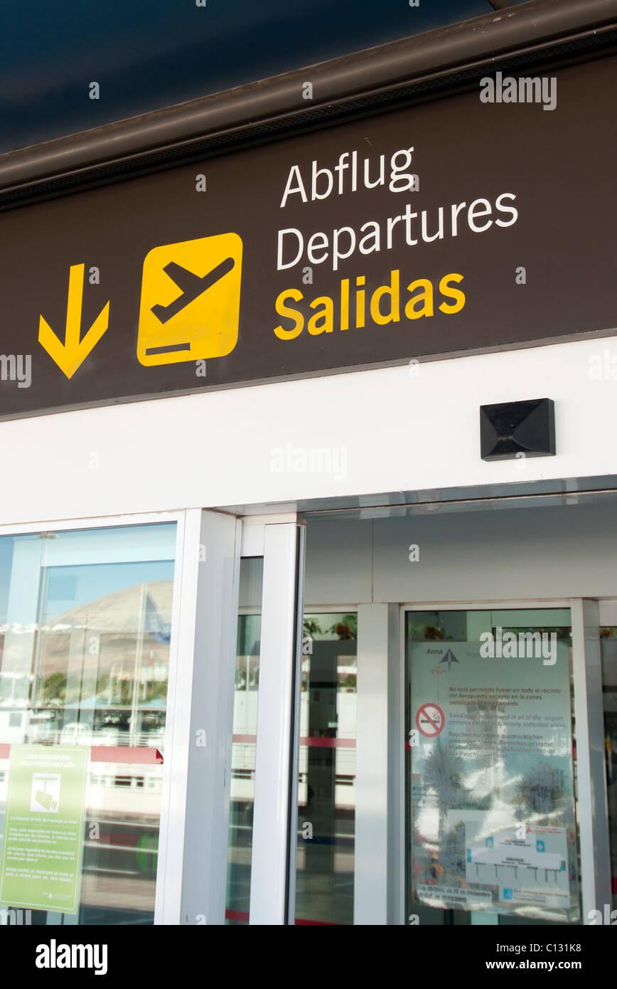 Eingang zur Abflughalle am Flughafen Lanzarote Stockbild