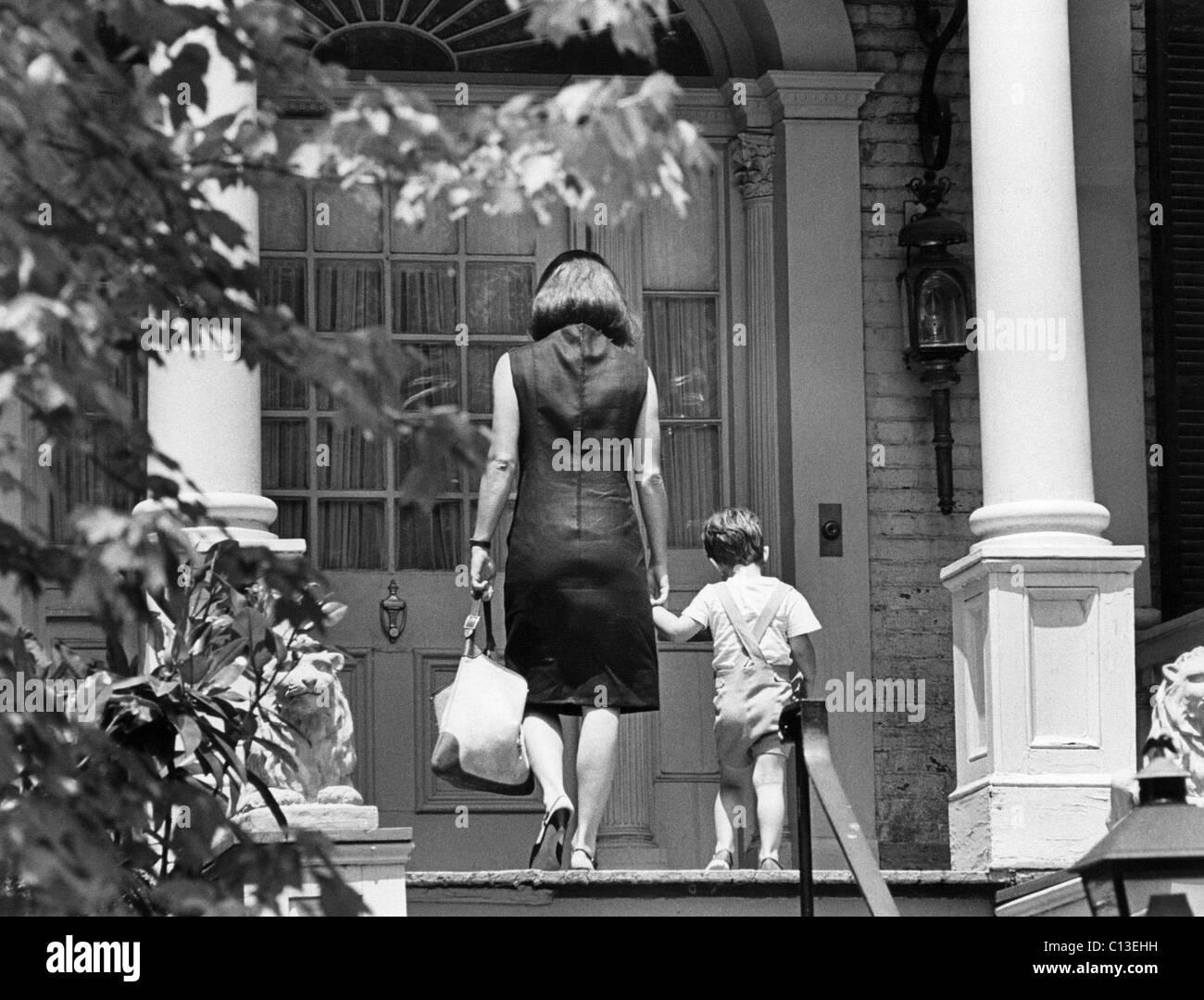 Jacqueline Kennedy und John, zu Fuß die vorderen Schritte des Hauses Stockfoto