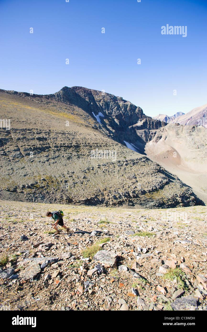 USA, Montana, Glacier National Park, Mitte erwachsenen Mannes Wandern Stockbild