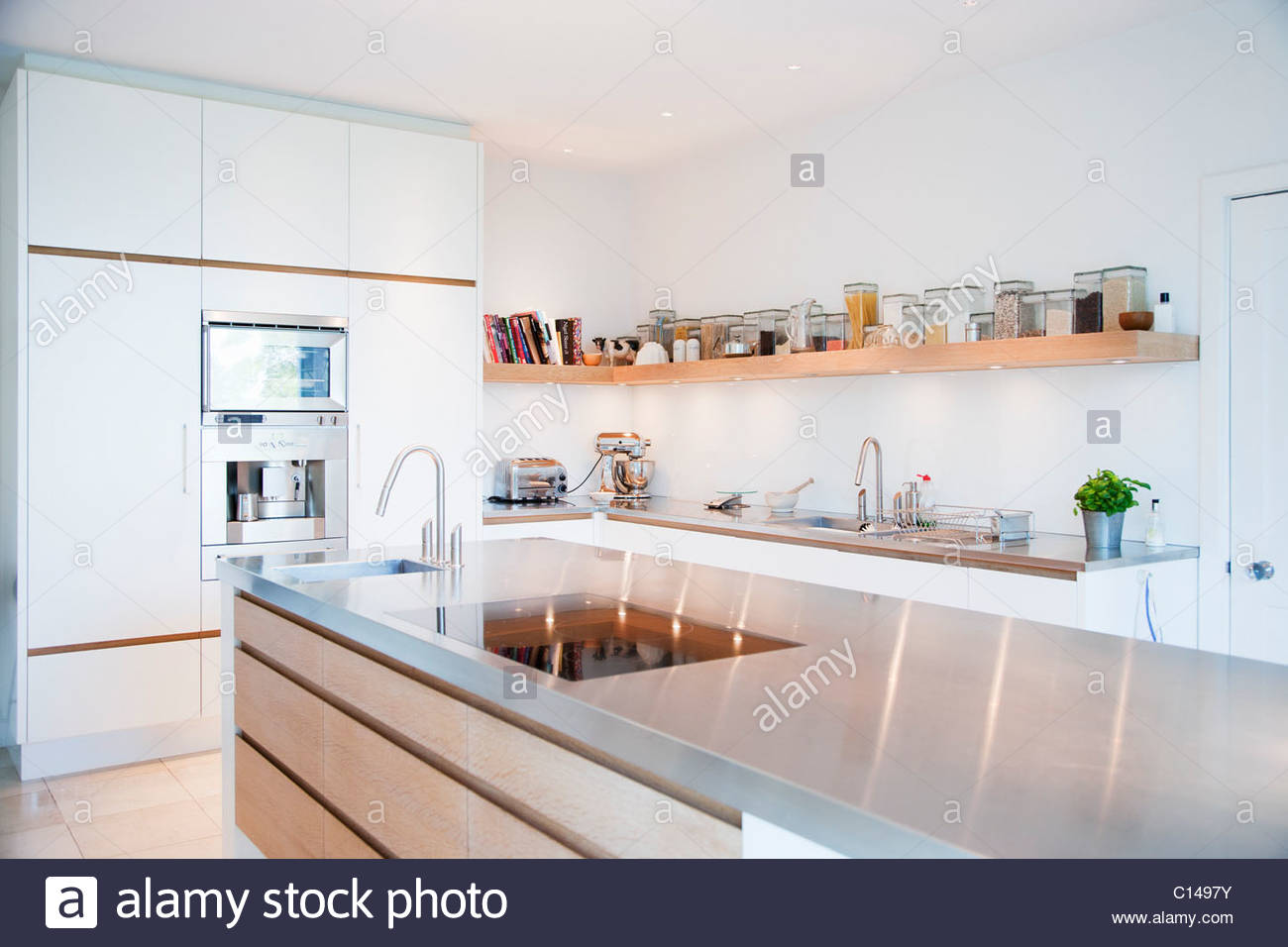 Moderne Küche und Edelstahl-Theken Stockfoto, Bild: 35130479 - Alamy