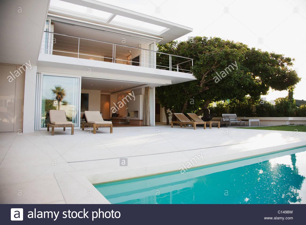 Modernes Haus und Terrasse neben dem Schwimmbad Stockfoto, Bild ...