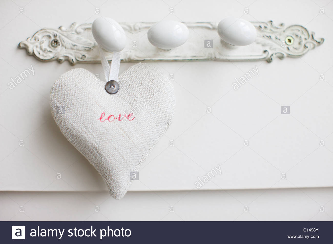 """Nahaufnahme von """"Liebe"""" Herz hängt am Haken Stockbild"""
