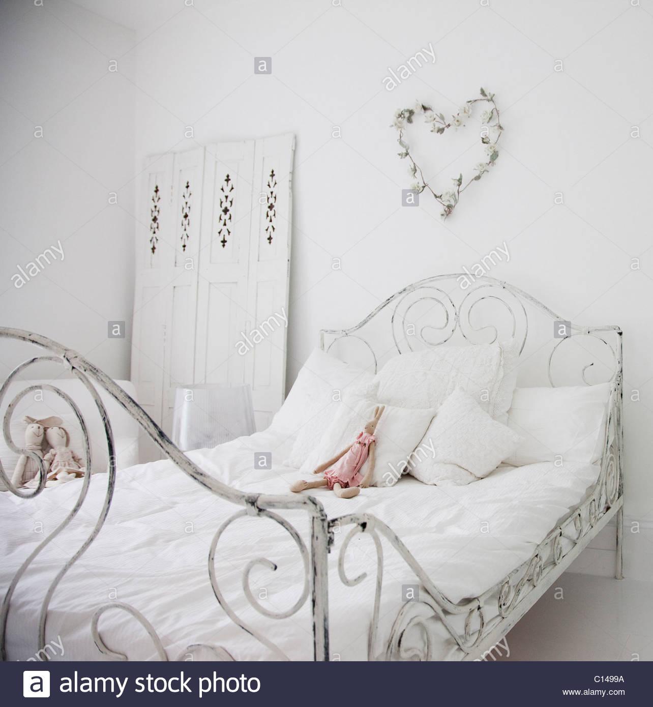 Weiße, altmodische Bett im eleganten Schlafzimmer Stockfoto, Bild ...