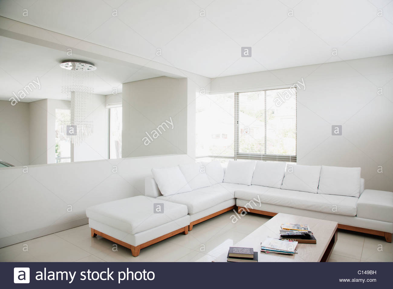 Weißen Sofa und Spiegel in moderne Wohnzimmer Stockfoto ...