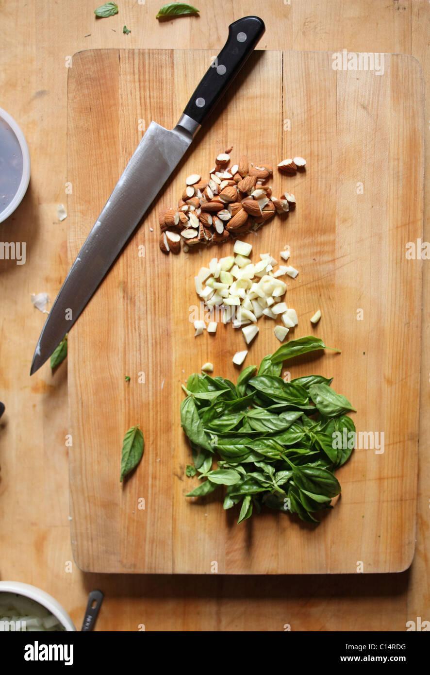 Frühstücksbrettchen mit Zutaten für Pesto Stockbild