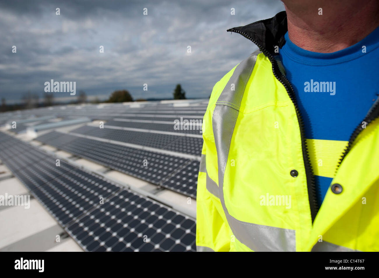 Porträt von einem Ökostrom Business Unternehmer auf dem Dach. Stockbild