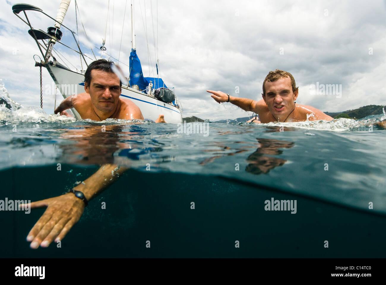 Zwei Jungs, die unterwegs zum Surfen in Costa Rica Stockbild