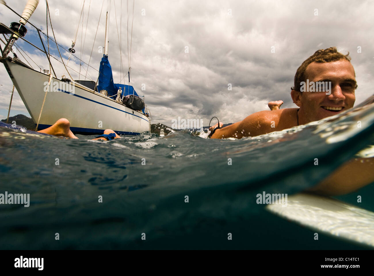 Ein junger Mann zum Surfen in Costa Rica unterwegs Stockfoto
