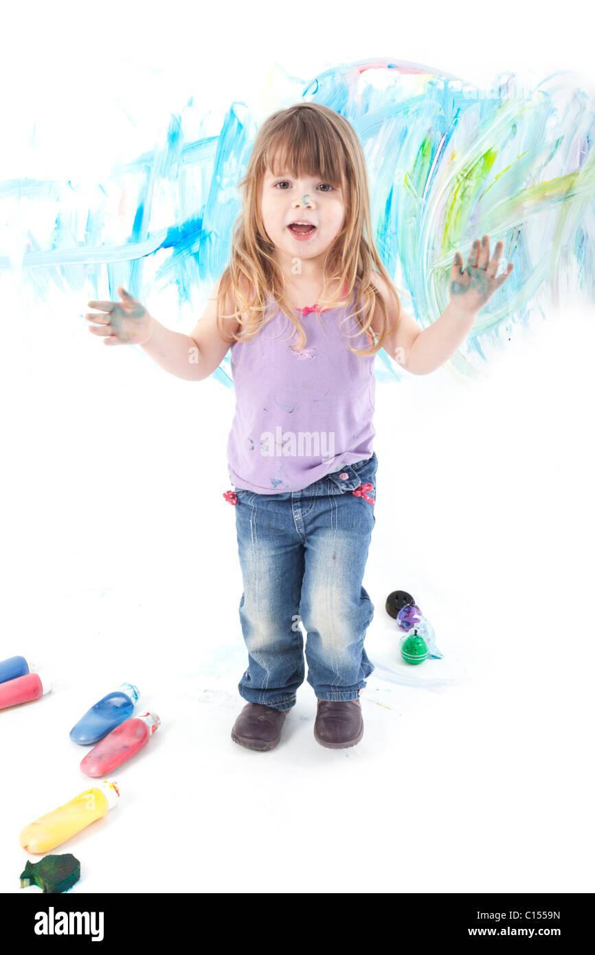 Kinder Malen Mit Farbe Und Selbst Der Blick In Die Kamera Stockfoto