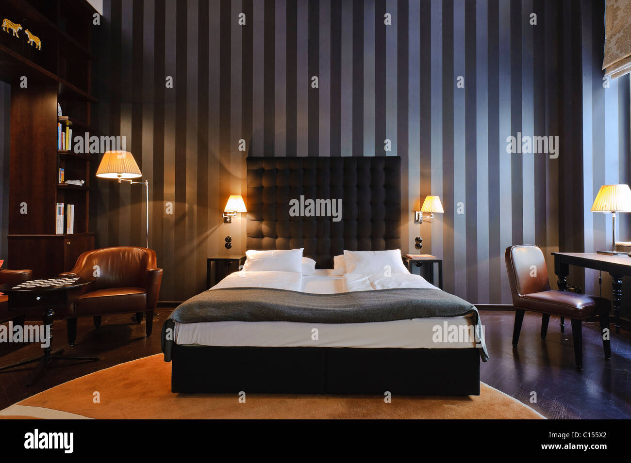 Eines der verschiedenen Designerzimmer in diesem Wiener Boutique Hotel. Hotel Altstadt Stockbild