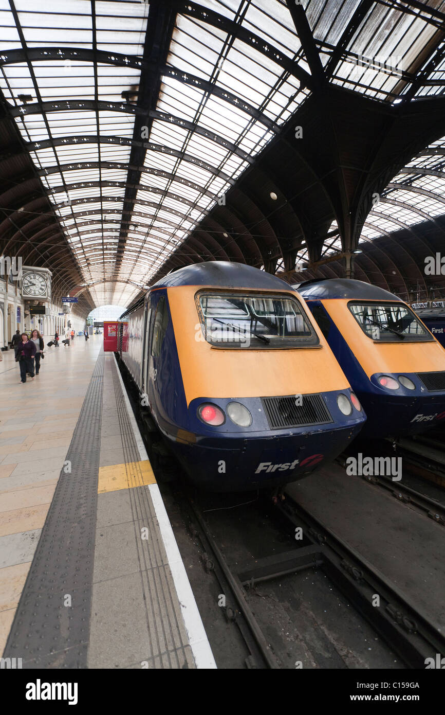 Zwei Züge an der Paddington Station. Zwei Züge der First Great Western erwarten Passagiere am Londoner Bahnhof Paddington. Stockfoto