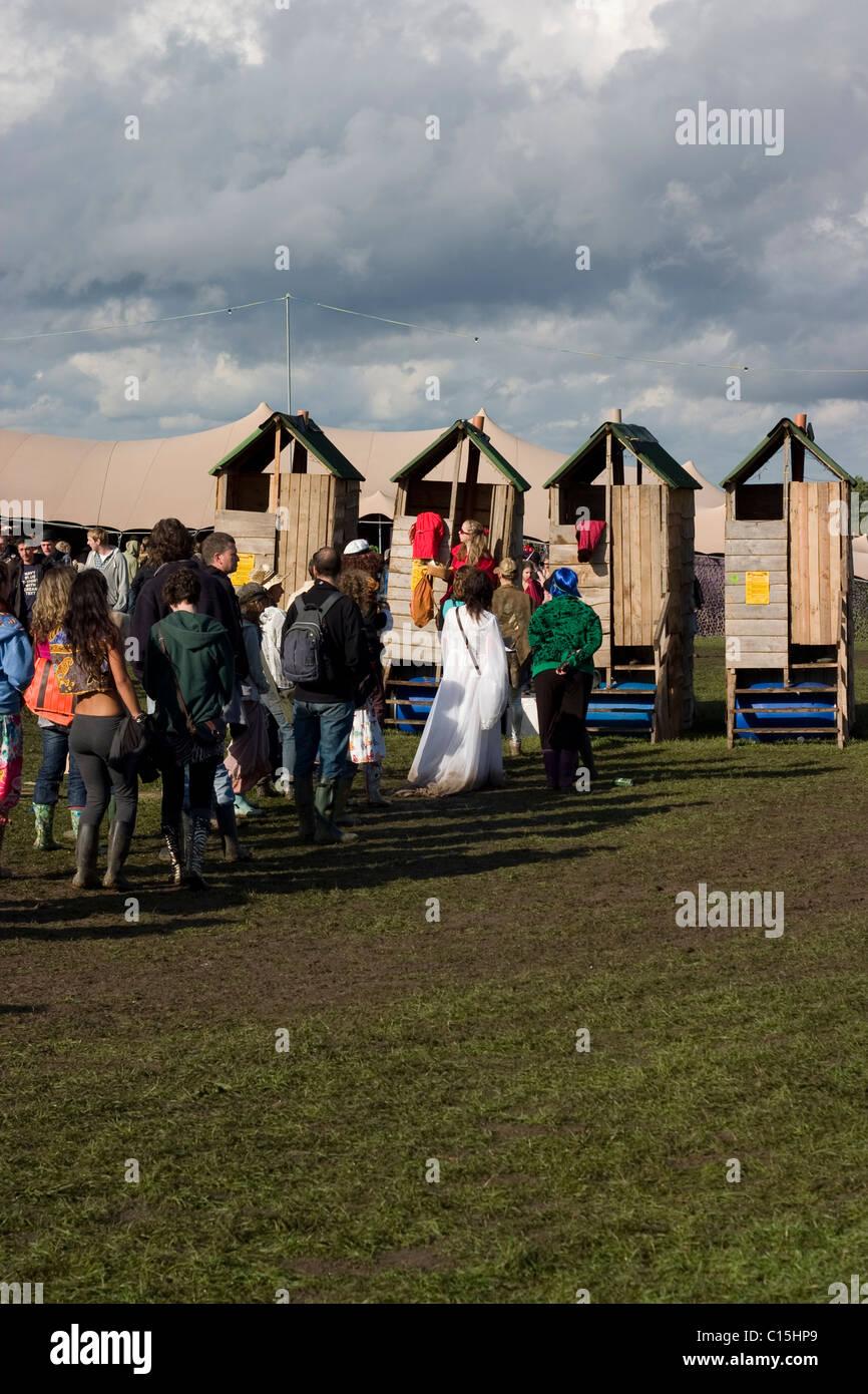 Festival Leute Im Kostüm Schlangestehen Für Kompost Toiletten Auf