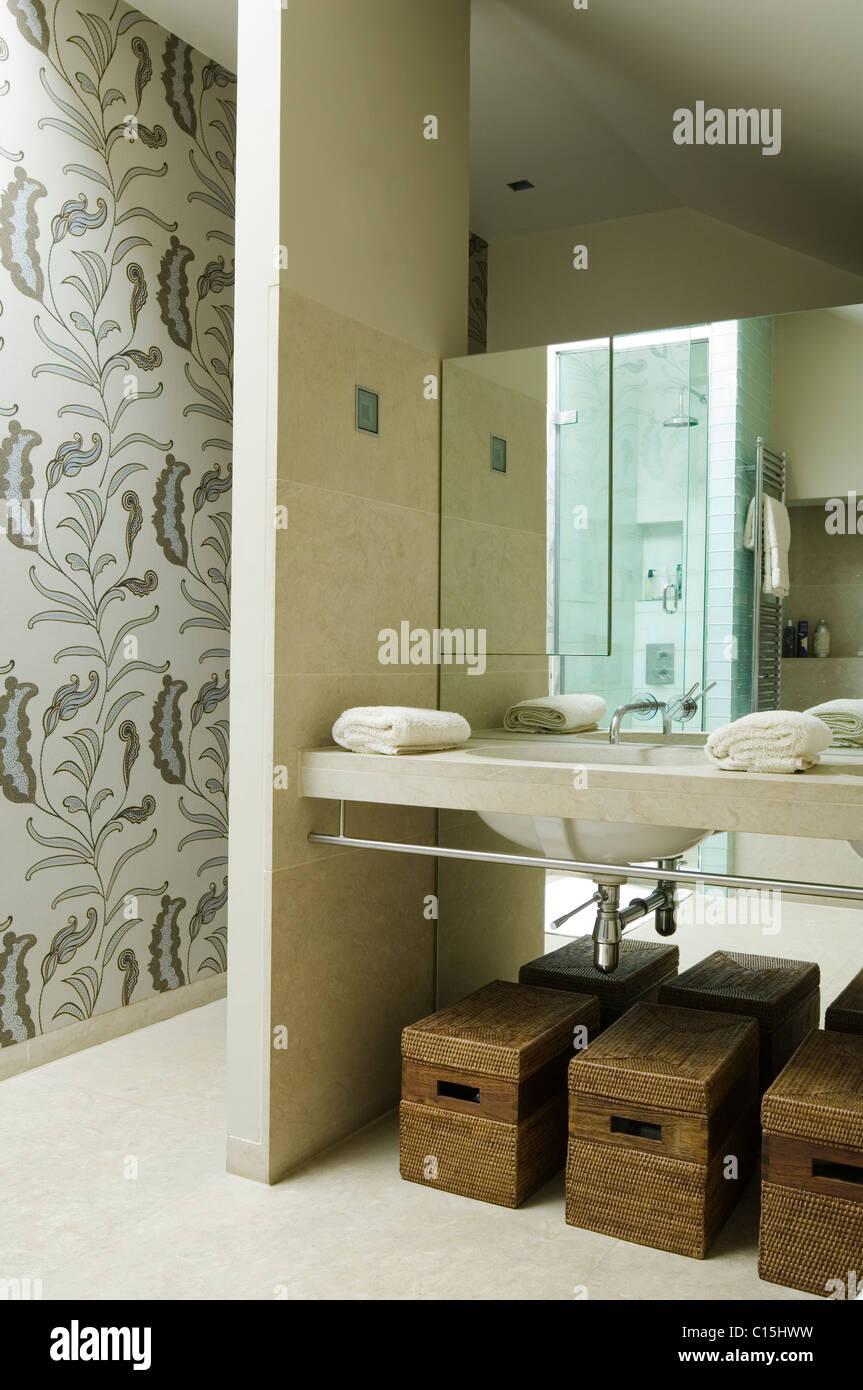 Aufbewahrung Korbe Unter Waschbecken Im Bad Mit Floral Gemusterten