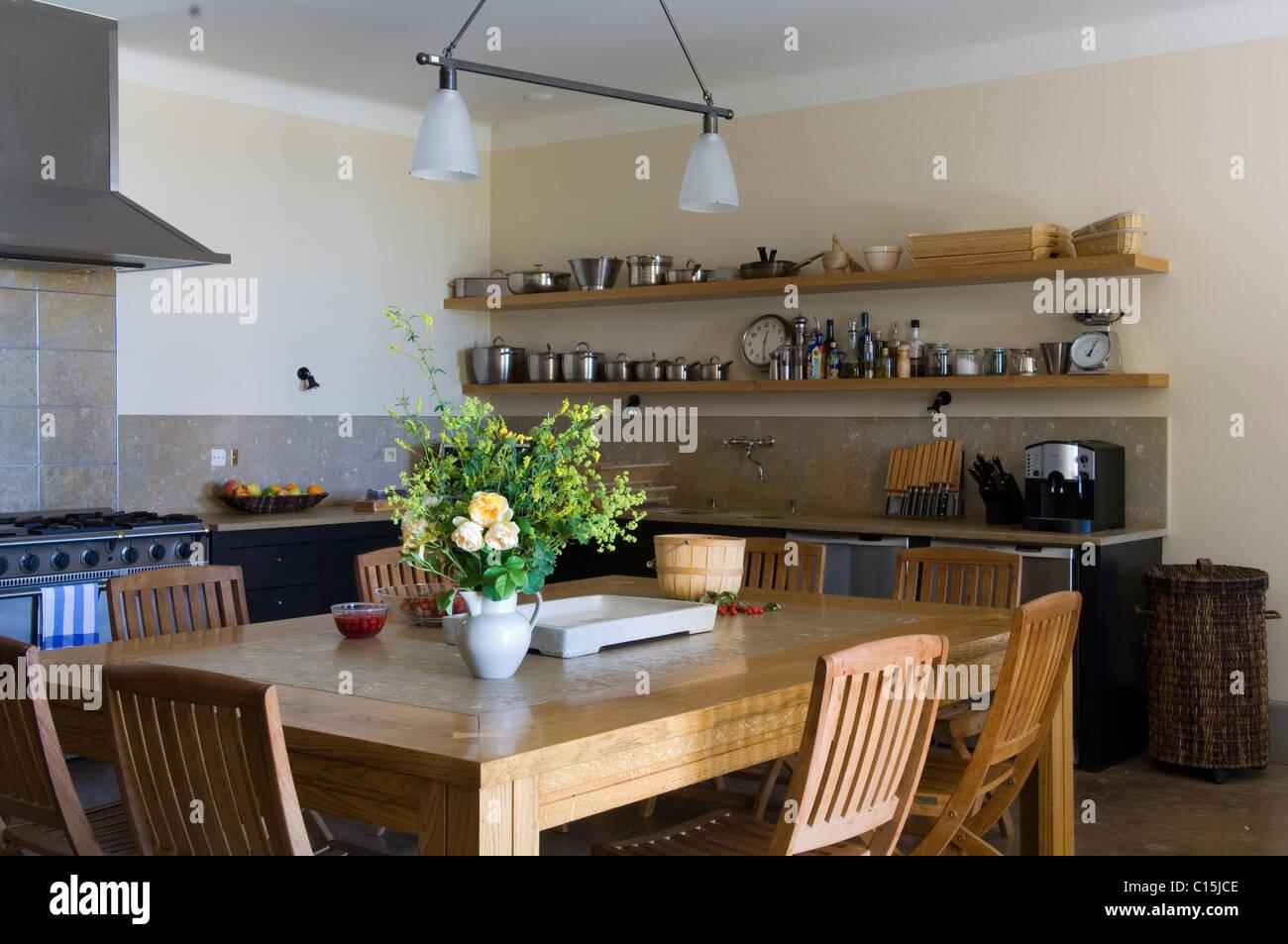 Klappstuhl holz küche  Provenzalisches Landhaus-Küche mit Esstisch aus Holz, Klappstühle ...