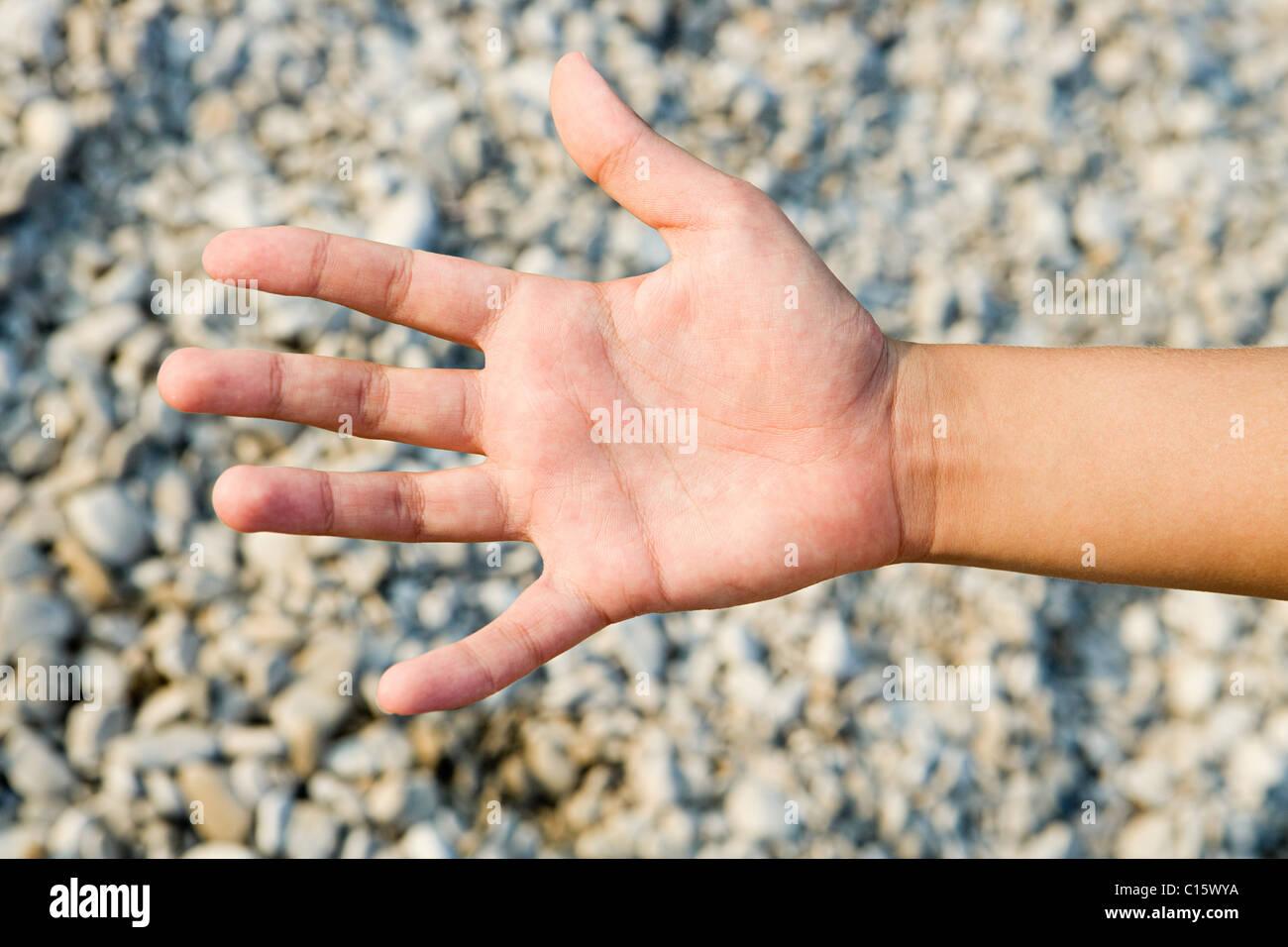 Person, die Palm gegen strukturierten Hintergrund Stockbild