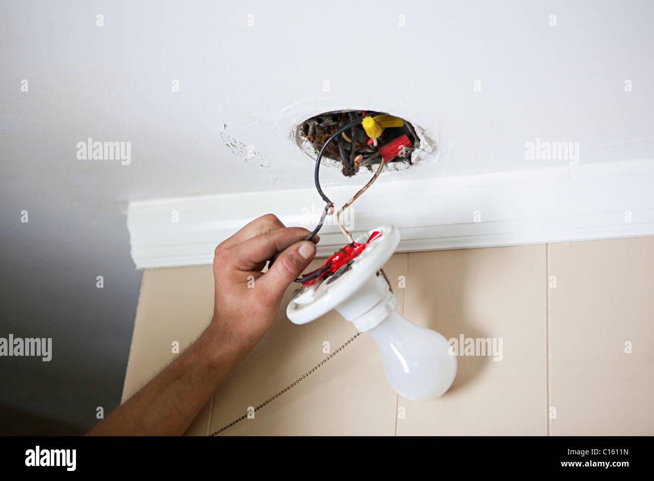 Elektriker Befestigung Glühbirne Verdrahtung Stockfoto, Bild ...