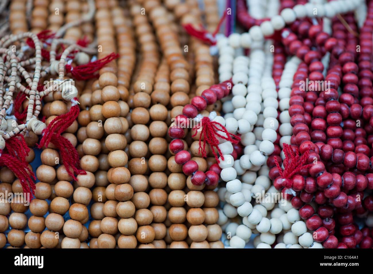 Indische Gebet Holzperlen (Zählung Perlen) auf einem Marktstand. Indien Stockfoto