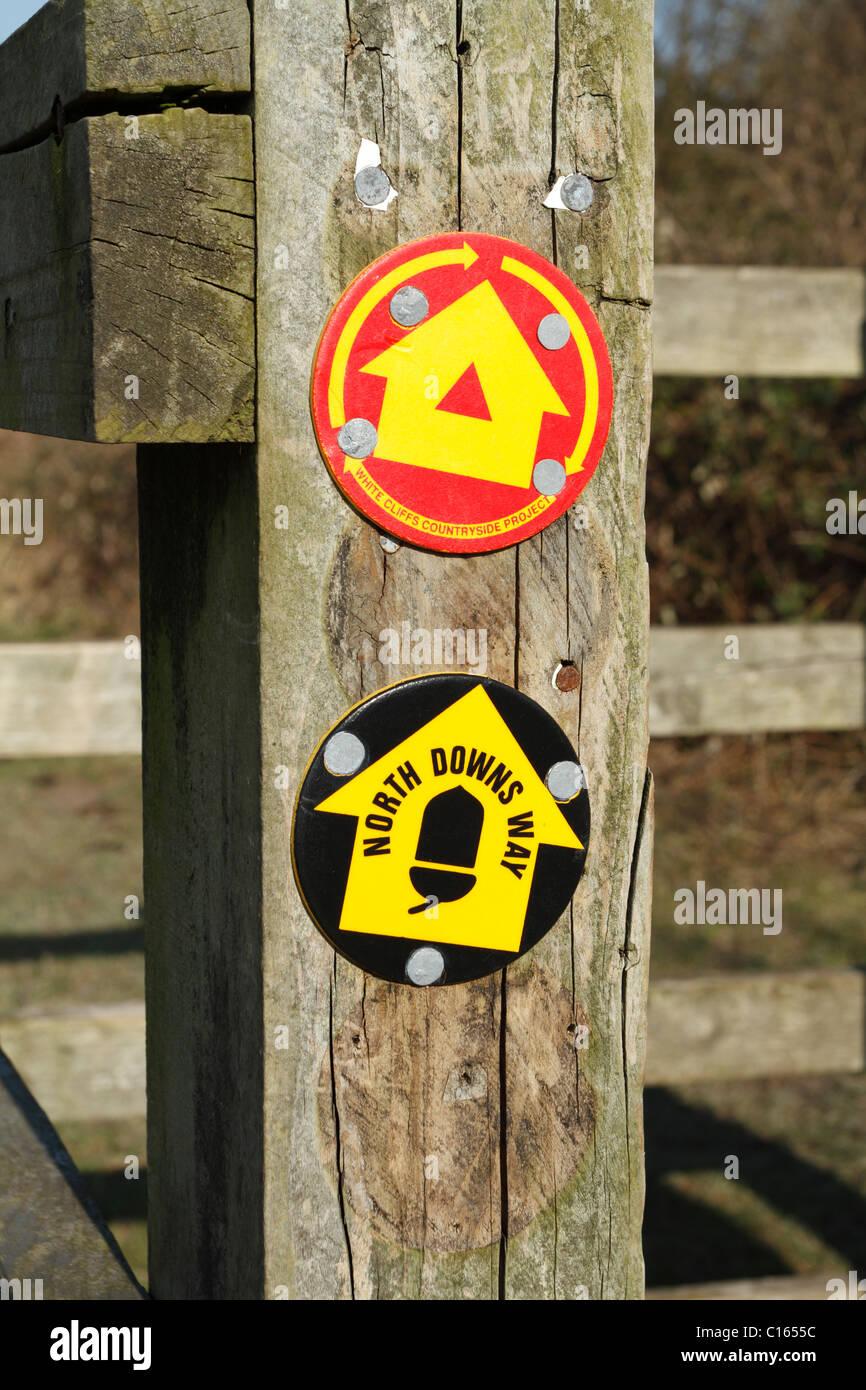 Ein Post mit Markierungen für die North Downs Weg und weißen Klippen Trail in Dover in Kent Stockbild