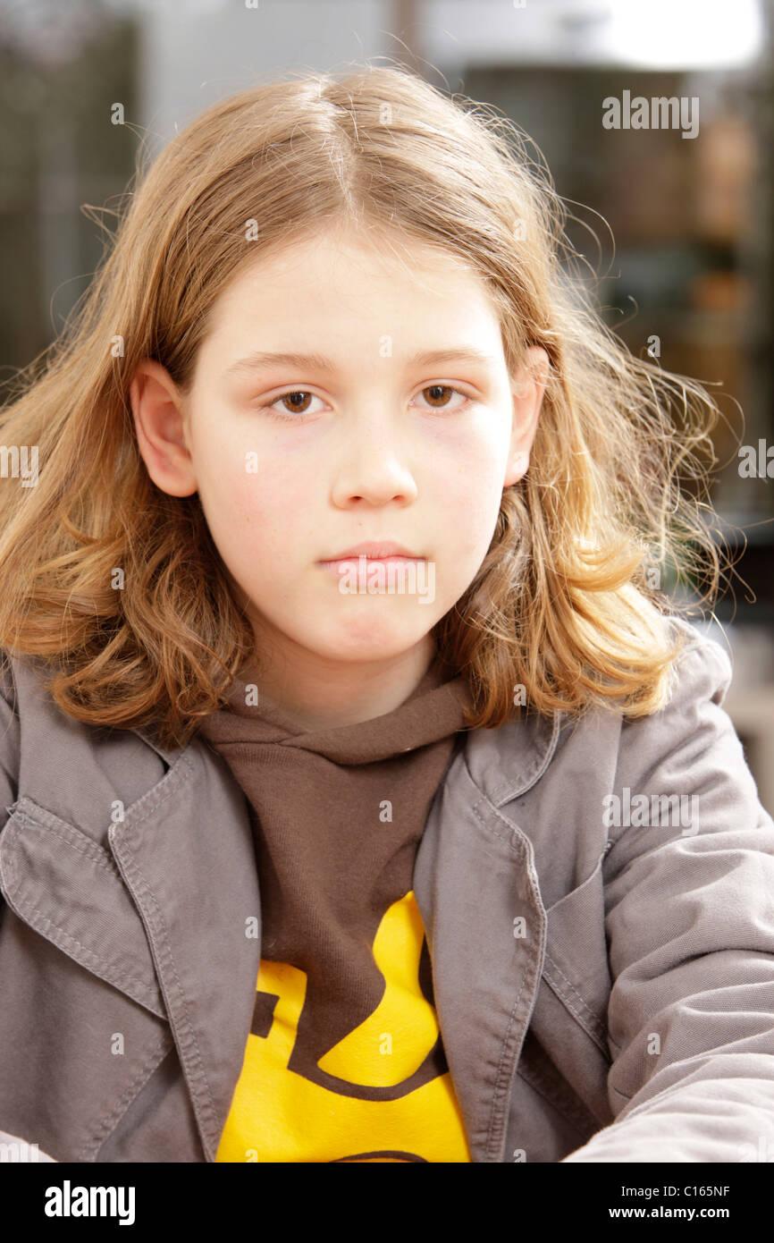 Junge 10 Jahre Alt Mit Langen Haaren In Die Kamera Schauen