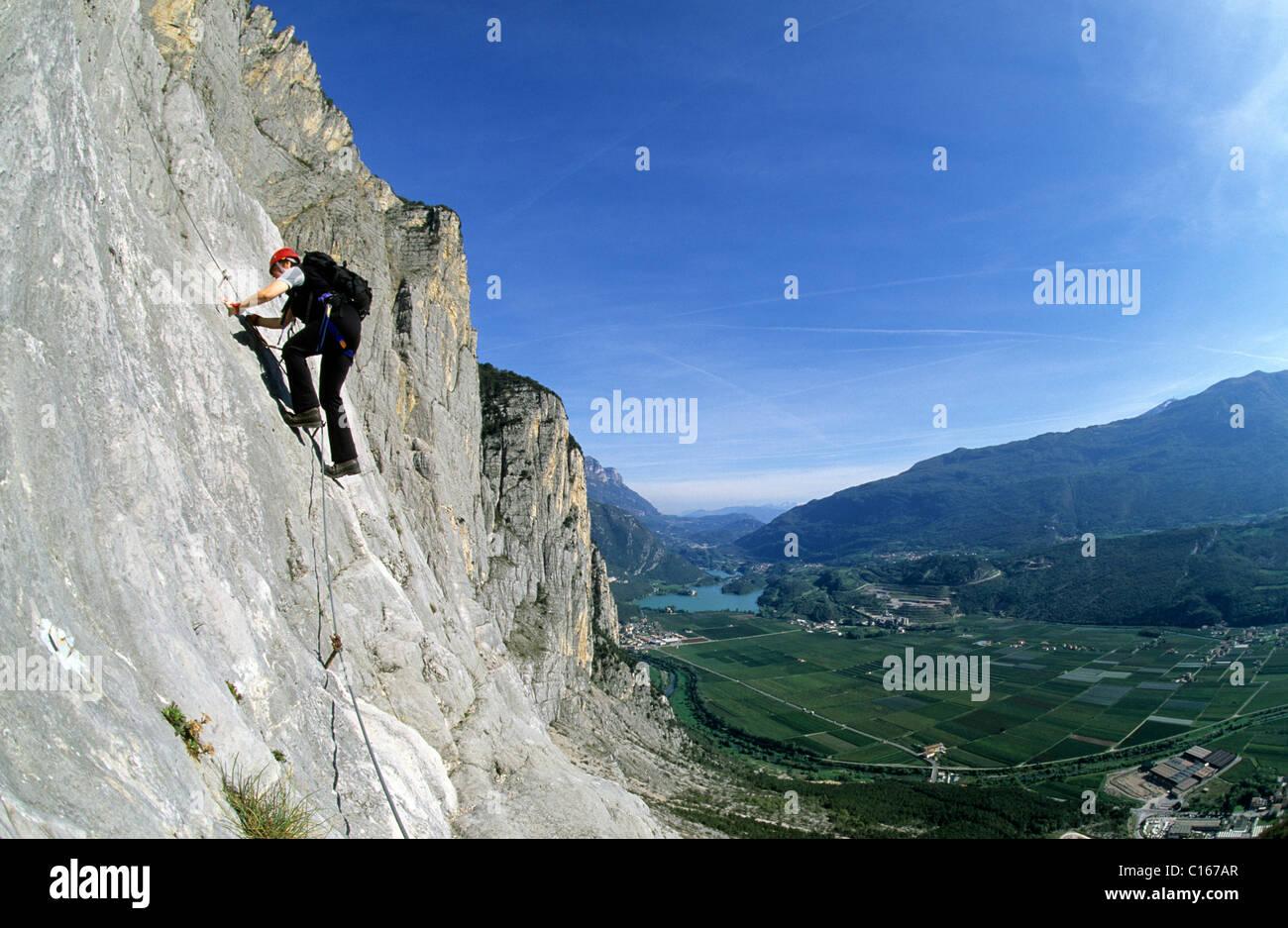 Klettersteig Englisch : Frau klettern den klettersteig che guevara sarche trentino