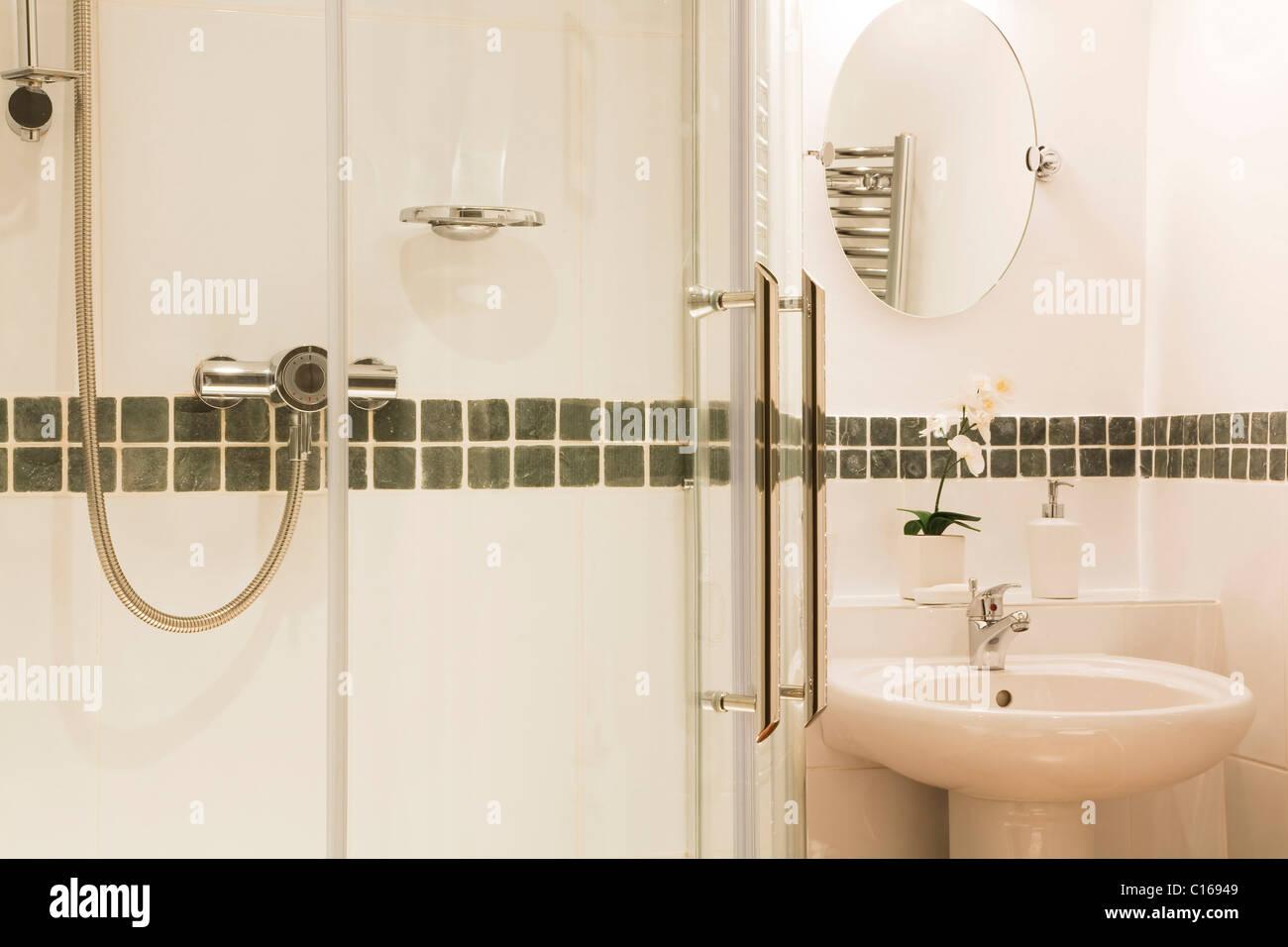 Moderne Luxus Badezimmer Mit Modernen Weißen Fliesen Dusche Und Waschbecken