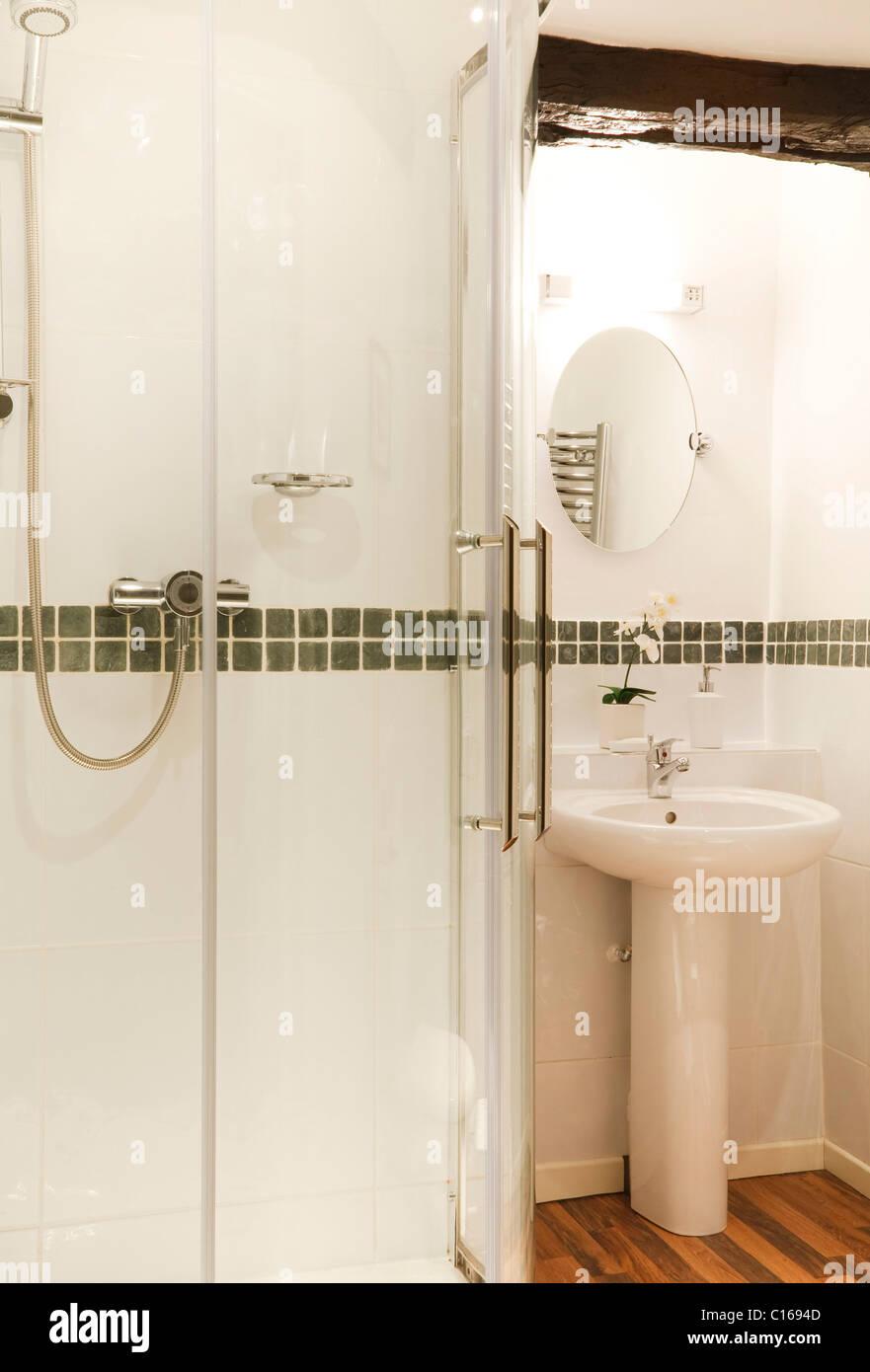 Moderne Badezimmer mit Dusche und Waschbecken Stockfoto, Bild ...