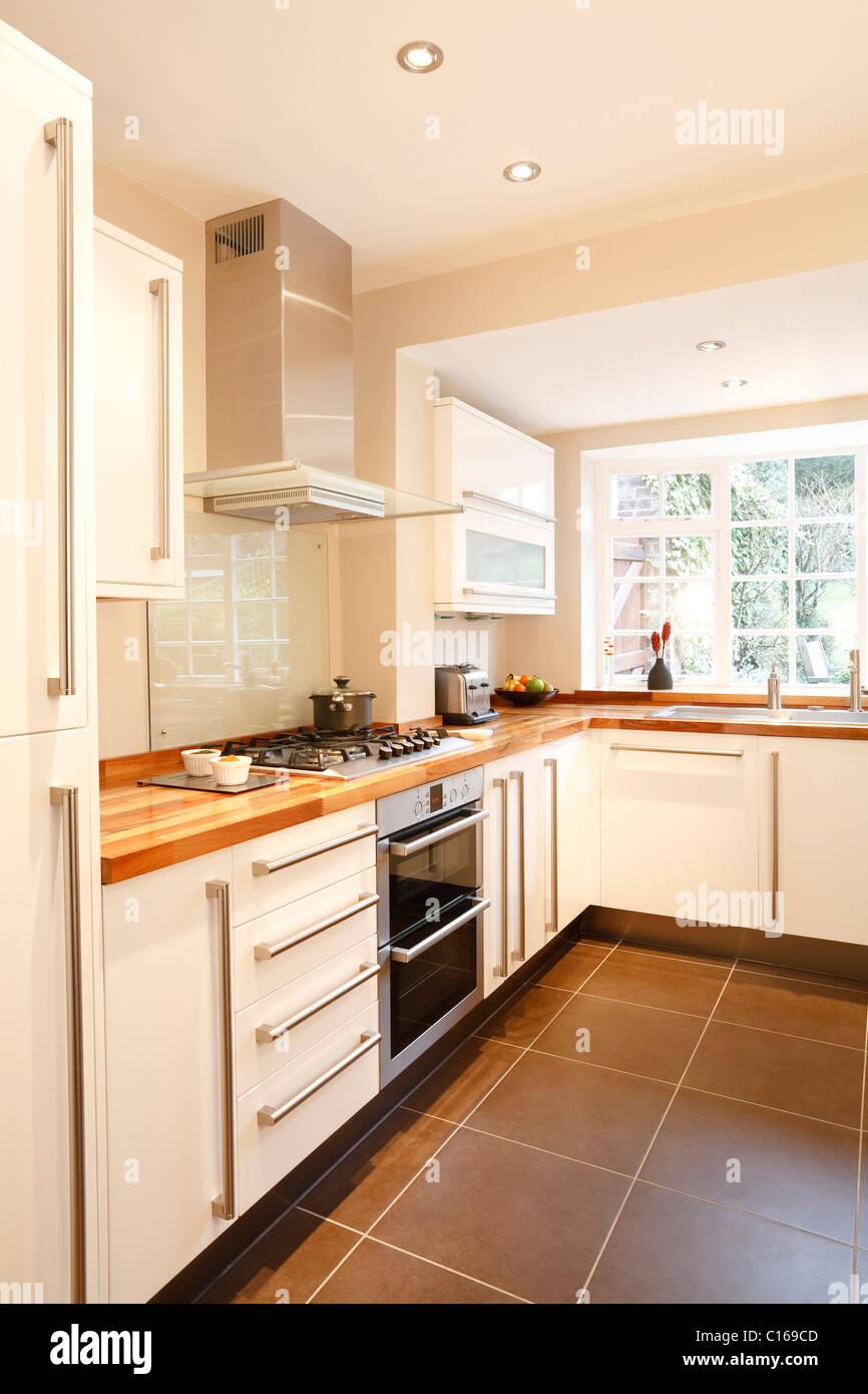 Moderne Weiße Küche Mit Holz Arbeitsplatten Und Geräten Aus Rostfreiem Stahl
