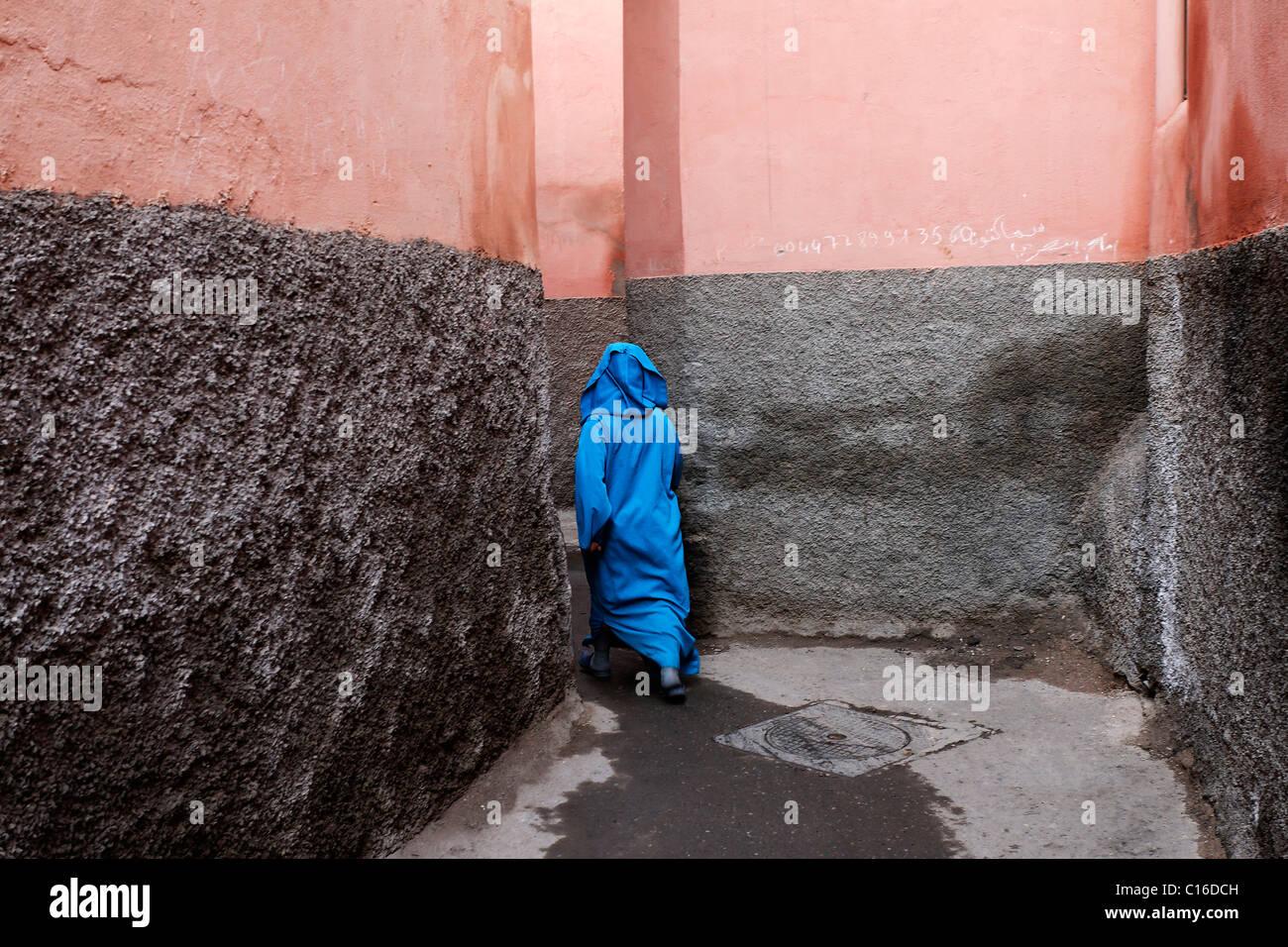 Frau, gehüllt in einen leichten blauen Jellaba verschwinden auf mysteriöse Weise auf einer engen Gasse, Stockbild