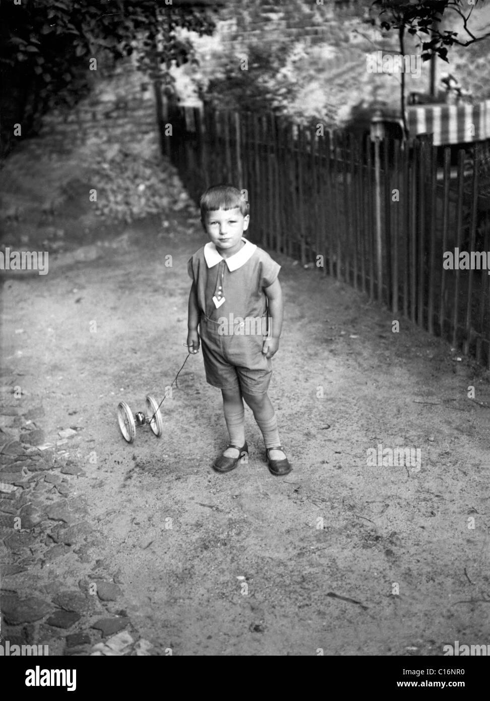 Historisches Foto, Kind mit Spielzeug, 30er Jahre Stockbild