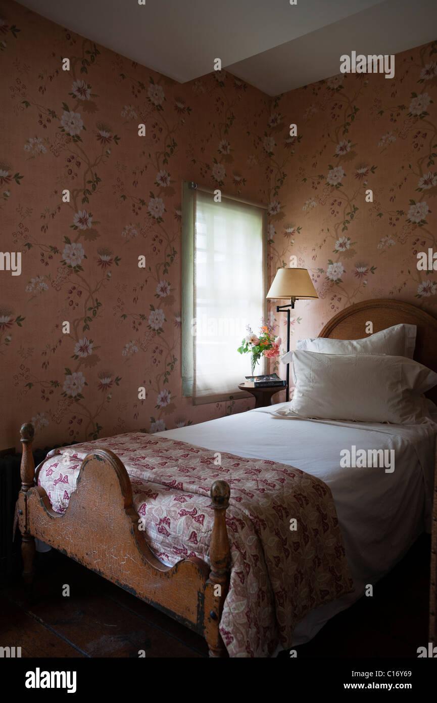 Einzelbett in 1830er Jahren Hudson Valley Bauernhaus Schlafzimmer mit gemusterten Tapeten Stockbild