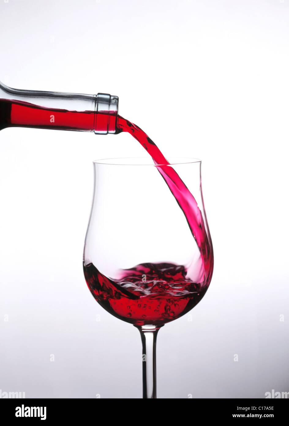 Dennoch: Wein in Glas gießen Stockbild