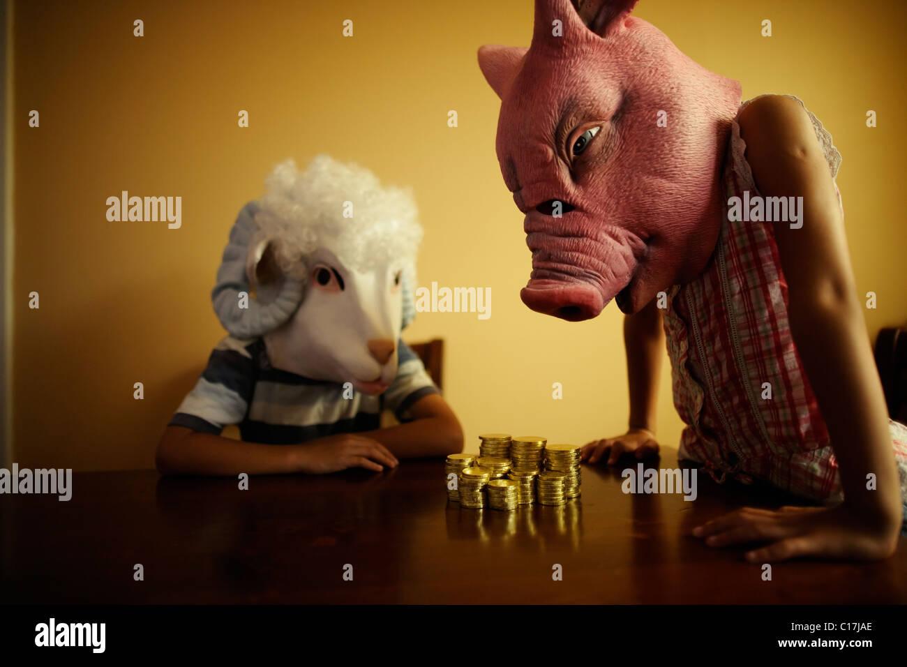 Miss Schwein bietet Finanzberatung Master Schafe. Stockbild