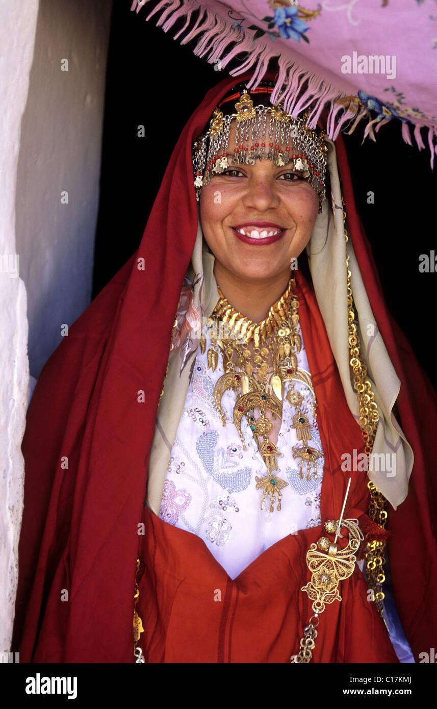 Tunesien, Speicherburg Berberdorf, Berber tragen ihr Hochzeitskleid ...