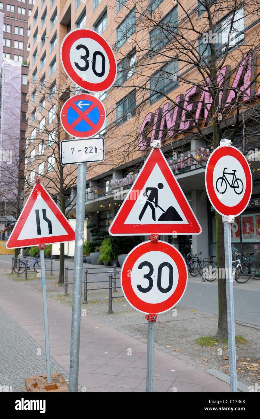 Viele Verkehrszeichen an einem Ort, Verkehr Zeichen Unordnung, Deutschland, Europa Stockbild