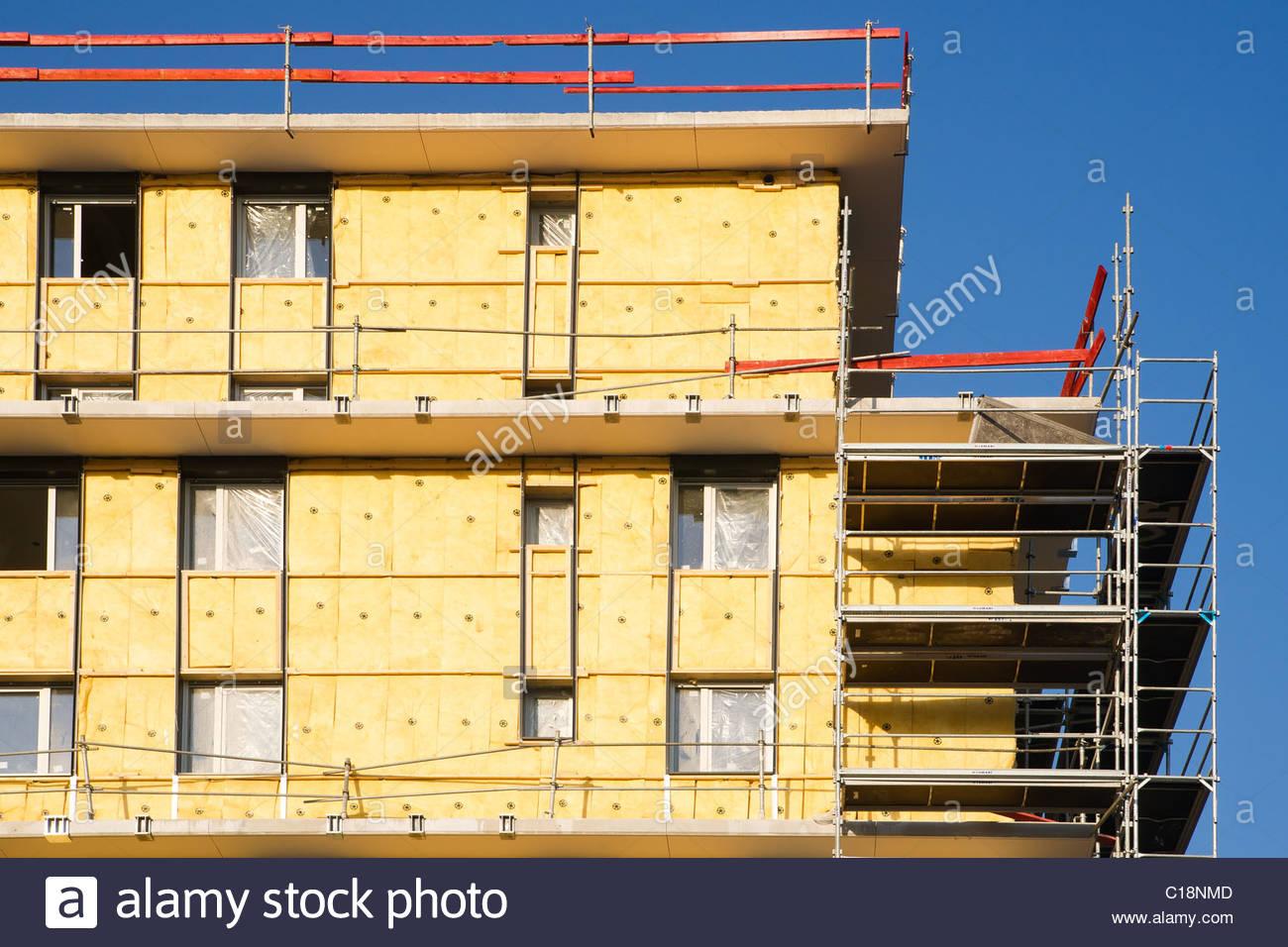 Wärmedämmverbundsysteme arbeitet an der Außenwand eines Gebäudes Stockbild