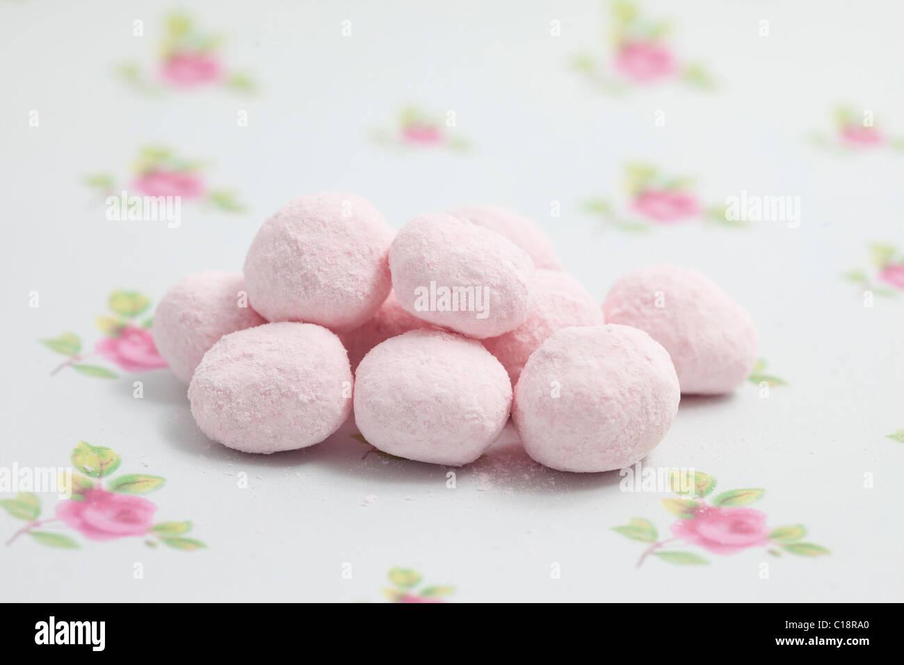 Erdbeer-Bonbons Bonbons und Süßigkeiten auf ein Papierhintergrund fotografiert in einem studio Stockbild
