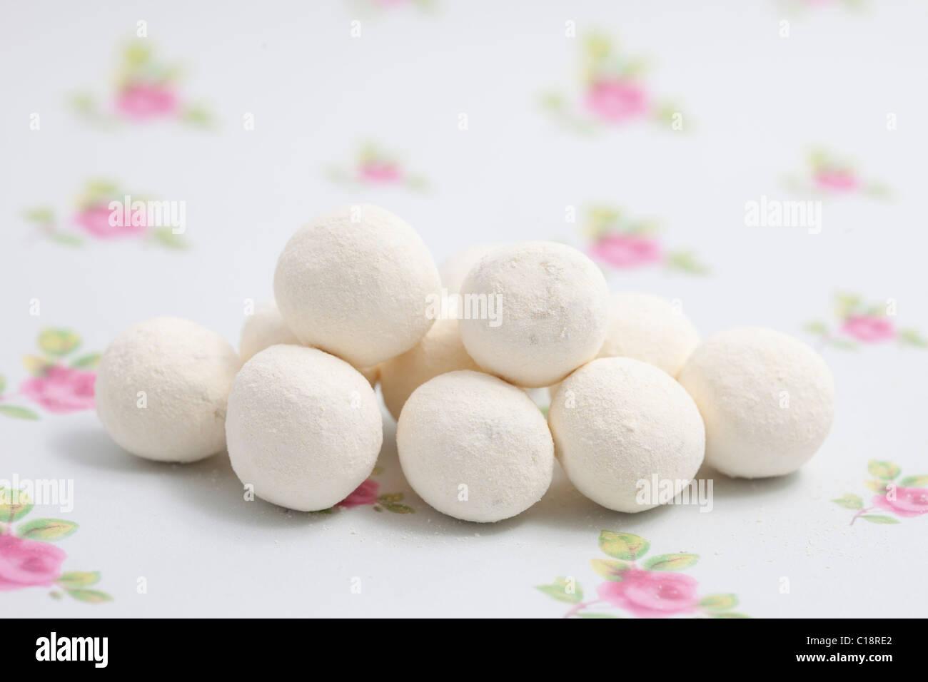Zitronen-Bonbons-Bonbons und Süßigkeiten auf ein Papierhintergrund fotografiert in einem studio Stockbild