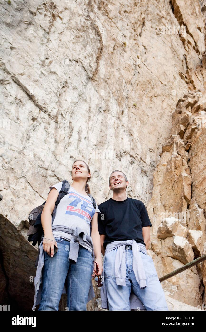Mann und Frau am Berg-Ausflug Stockbild