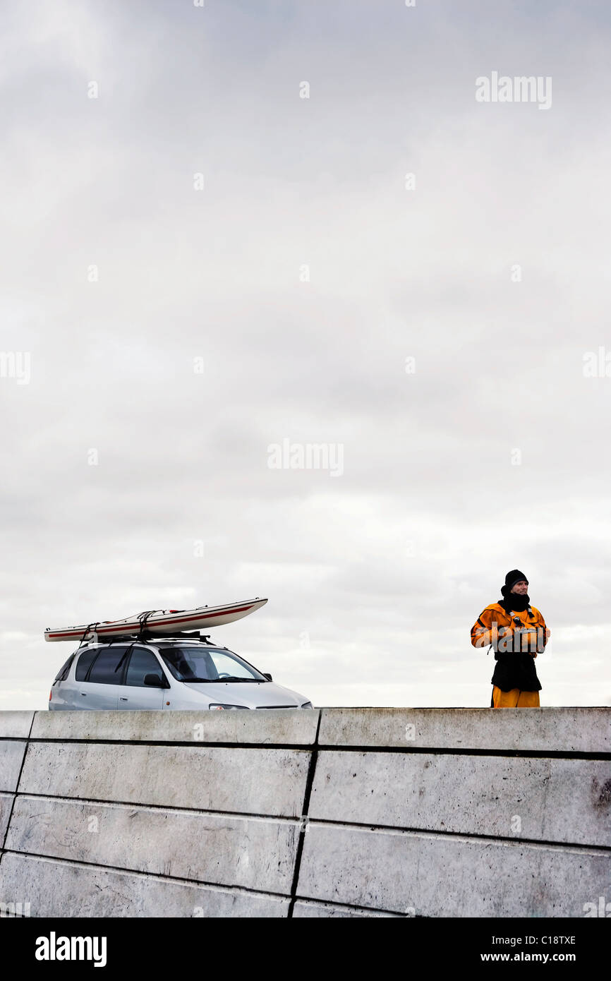 Mann vor dem Auto mit Kajak Stockbild