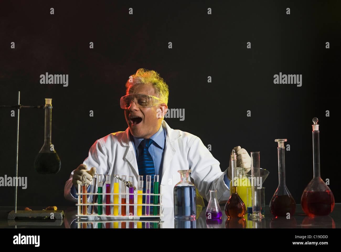Wissenschaftler machen wissenschaftliche Experiment in einem Labor Stockfoto