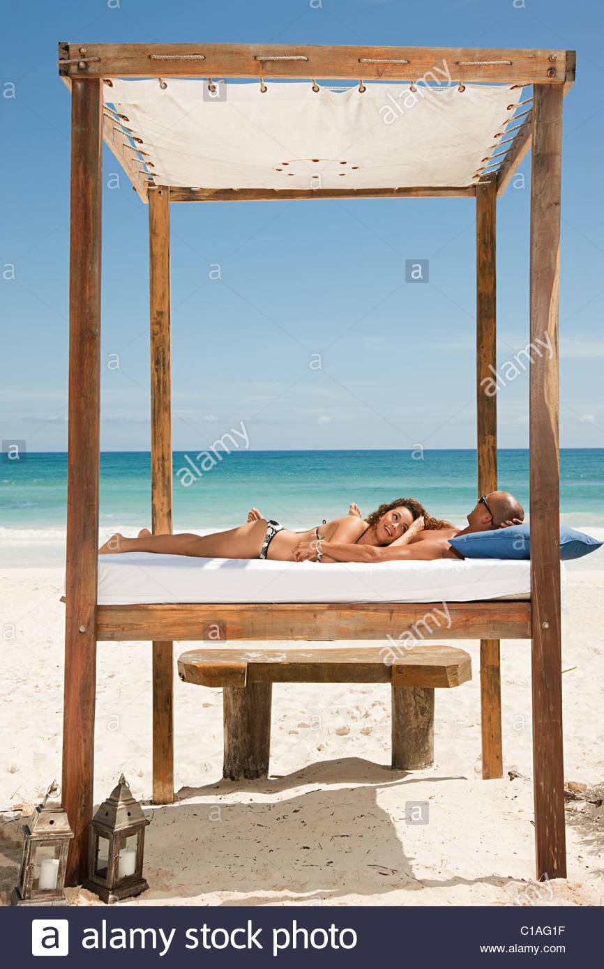 Paar Am Bett Am Strand Im Urlaub Stockfoto Bild 35267499 Alamy