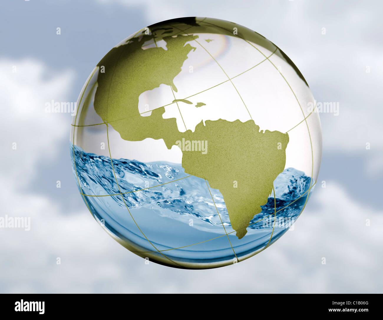 Eine Glaskugel mit Wasser schwappt herum im Inneren in ein Konzept-Image für Frischwasser Themen wie Energieversorgung, Stockbild