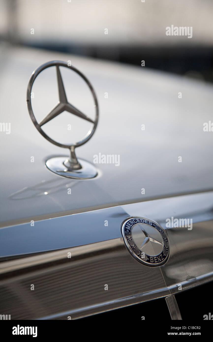 27889d87a3d4c6 Mercedes Benz-Abzeichen und Stern Kapuze/Mütze ornament Stockfoto ...